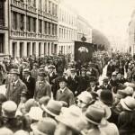 Toftes gate er oppkalt etter byens første valgte ordfører. Bildet viser en 1. mai-demonstrasjon i 1930 i den nevnte gata. Eier: Arbark