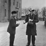 Listebærer gir valgseddel til en stemmeberettiget mann i 1905. Fotograf: Wilse Eier: Oslo Museum
