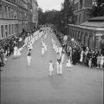 1. mai 1932, Dælenenga. Medlem-mer av Arbeidernes Kappsvømningsklubb. Grünerløkka skole til høyre. Eier: Arbark